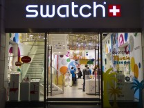 Swatch links with China bank giants for mobile-payment watch