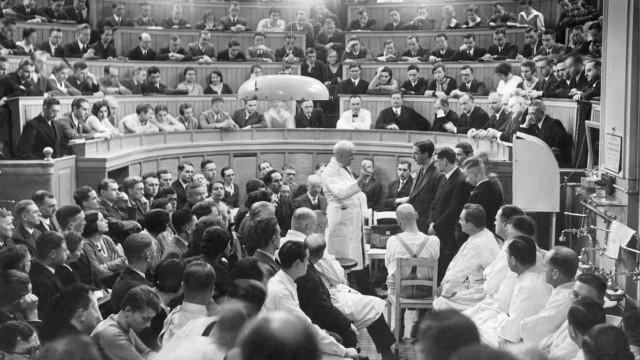 August Bier bei einer Vorlesung an der Universitätsklinik, 1932