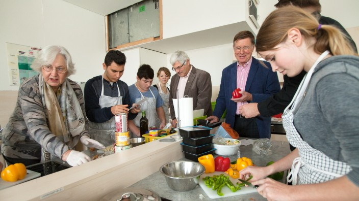 Mittelschule Garching: Kochen mit Schülern: Chili con Carne für den Weihnachtsmarkt, dort wird das Essen gegen Spenden abgegeben.