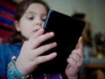 Junges Mädchen am Tablet