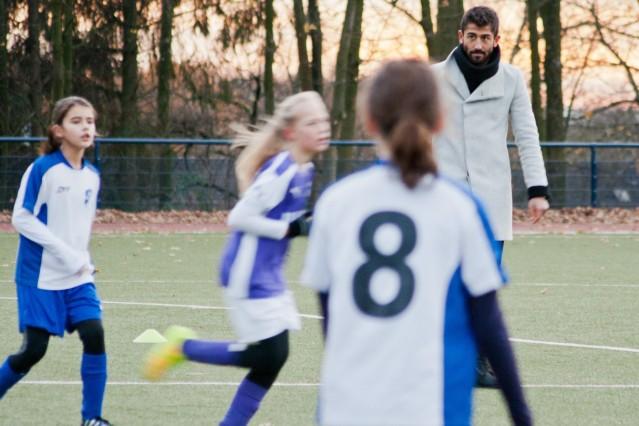 Fortuna-Spieler Demirbay pfeift Mädchen-Fußballspiel