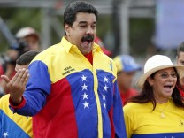 Venezuela's President Nicolas Maduro (L) and his wife Cilia Flores