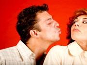 mann will frau küssen