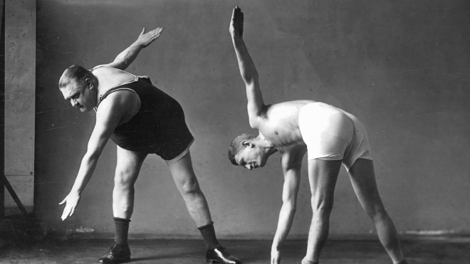 Zwei Männer bei der Gymnastik, 1926