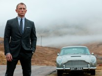 Daniel Craig mit dem Aston Martin DB5 als James Bond 007 in Skyfall.