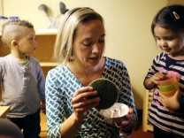 Kristina Schröder beim Besuch eines Kindergartens