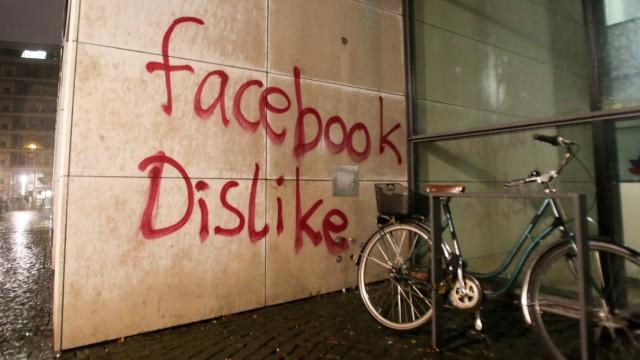 Farbe und Steine auf eine Niederlassung von Facebook