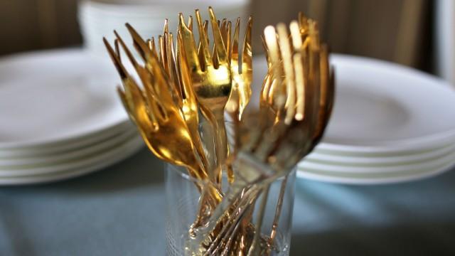 Essen mit 'goldenen' Gabeln