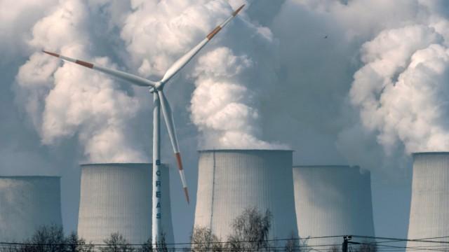 Windkraft und Braunkohlekraftwerk