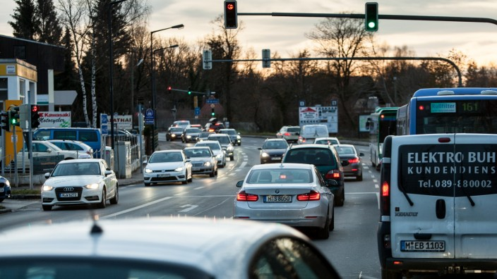 Pasinger Straße zur Rush Hour, Ausfahrt Gäfelfing von der A 96, Blick Richtung Süden. Kreuzung Lochhamer Str, bzw. Kleinhaderner Weg
