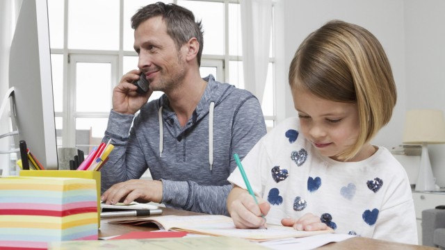 Father with daughter at desk drawing model released property released PUBLICATIONxINxGERxSUIxAUTxHUN