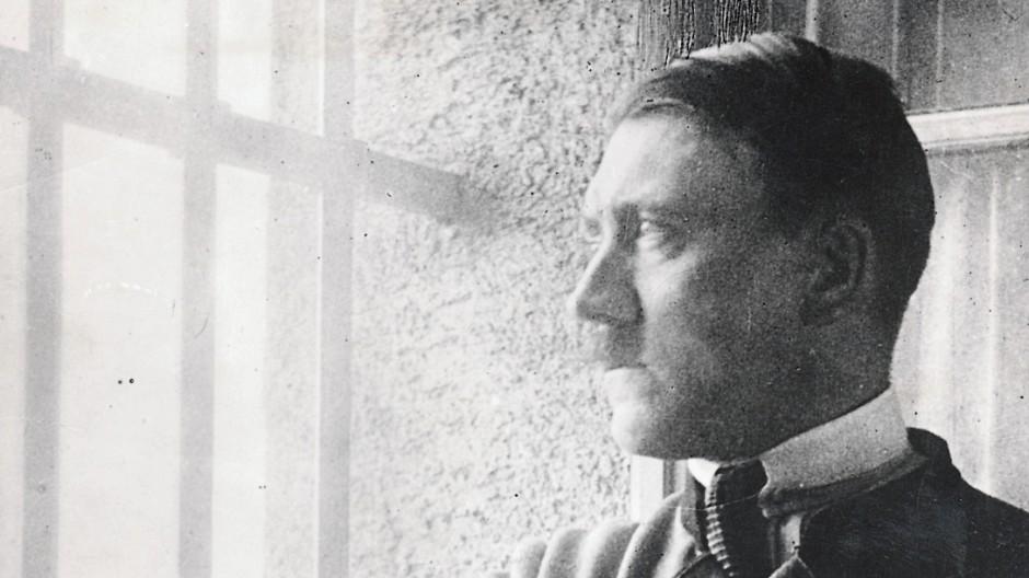 Hitler in seiner Zelle in Landsberg