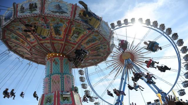 Riesenrad und Kettenkarussell auf dem Oktoberfest in München, 2013