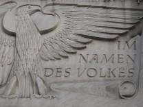 Zu sehen ist der Adler mit dem daneben zusehenden Satz Im namen des Volkes am Landes und Amtsgerich