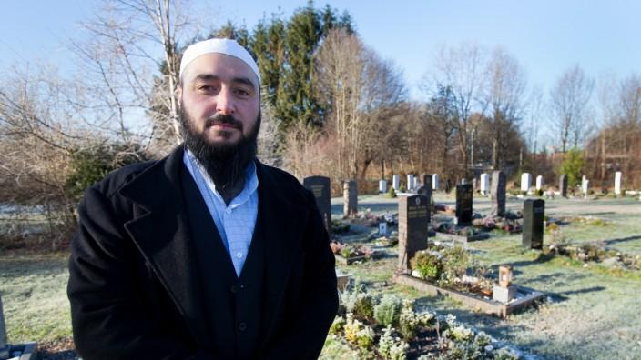Salih Güler, Imam und Leiter des Bestattungsunternehmens Hakim-I Guraba auf einem islamischen Grabfeld auf dem Südfriedhof Hochäckerstraße Ecke Unterhachinger Straße