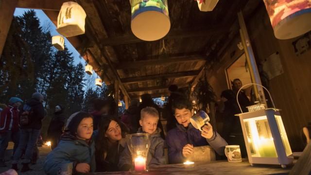 Straßlach, Lichterfest des Waldkindergartens Kleindingharting, Lichterfest mit Flüchtlingskindern,