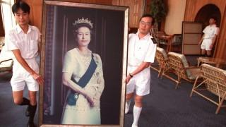 Abtransport eines Bildes des früheren Staatsoberhauptes von Hongkong Königin Elizabeth II., 1997