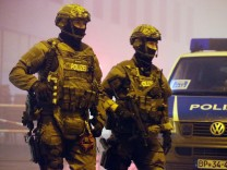 Schwer bewaffnete Polizisten in der Silvesternacht in München