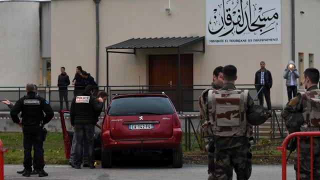 Ein Auto rast in Valence, Frankreich, in eine Soldatengruppe vor einer Moschee.