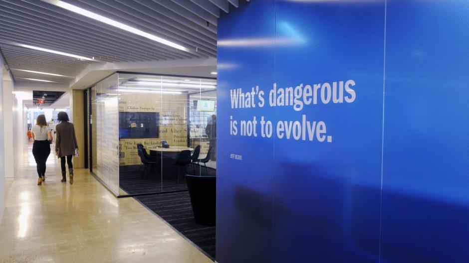 Washington Post employees move into their new buidling ; Washington Post