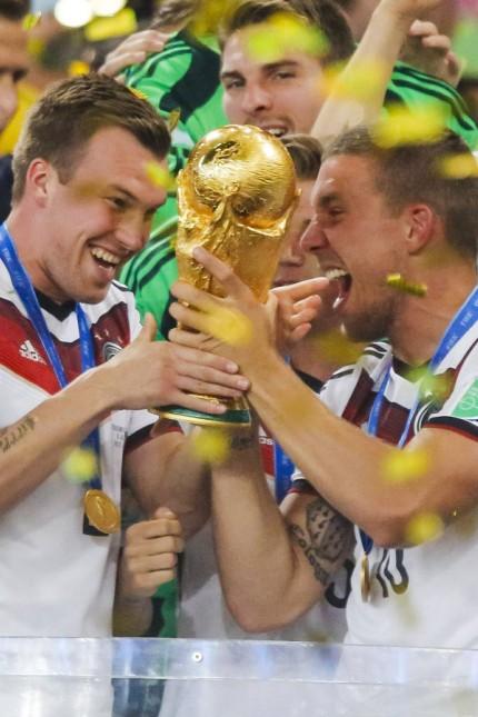 Kevin GROSSKREUTZ DFB 2 Lukas PODOLSKI DFB 10 Weltmeister WM Pokal WM Trophaee Trophy FIFA WM