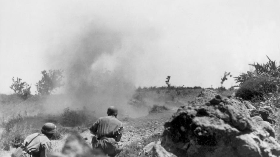 Deutsche Fallschirmjäger bei Kämpfen auf Kreta, 1941