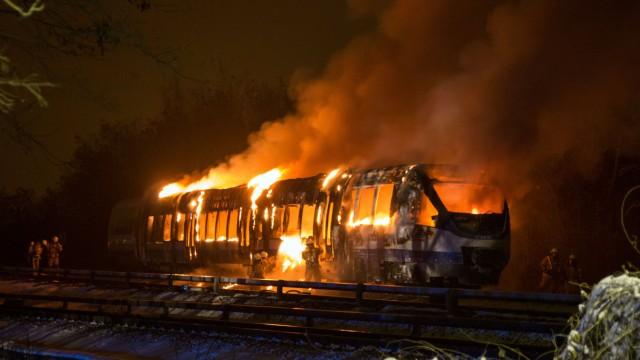 Regionalzug brennt aus