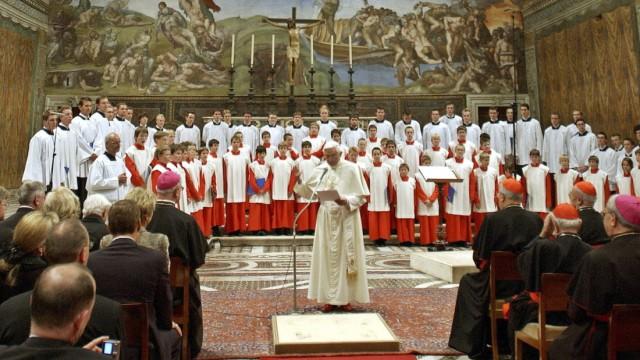 Papst Benedikt XVI. begrüßt Regensburger Domspatzen im Vatikan, 2005