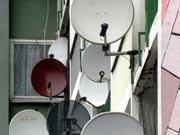 satellitenschüsseln an hauswand ; dpa