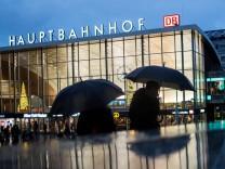 Passanten am Hauptbahnhof in Köln