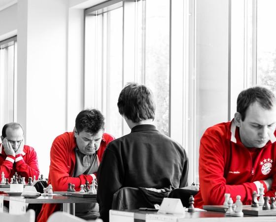 Spitzen-Schach-Spieler des FC Bayern München während ihres Einsatzes zeigt