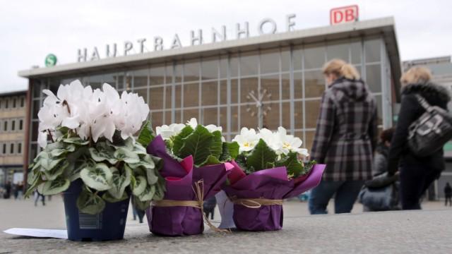 Blumen vor dem Hauptbahnhof in Köln