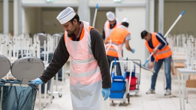 Flüchtlinge arbeiten in ihren Unterkünften