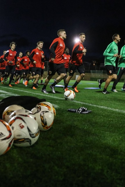 erstes Training zu später Stunde unter Flutlicht FC Augsburg Trainingslager Estepona Saison 2015