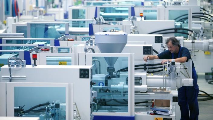 Montage von Kunststoffmaschinen bei KraussMaffei