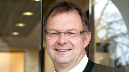 Bürgermeister Oberschleißheim  Christian Kuchlbauer in der Eingangstüre vom Rathaus, Adventstür