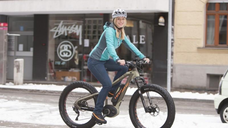 Auch Fatbikes mit elektrischer Unterstützung erfreuen sich großer Beliebtheit. ; E-Bike fahren im Winter