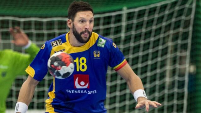 160105 Sveriges Tobias Karlsson under handbollslandskampen mellan Sverige och Tjeckien den 5 januar