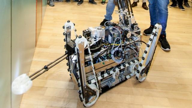 ferngesteuerter Roboter öffnet Türe. Hochschule München, Fakultät für angewandte Naturwissenschaften und Mechatronik : Abschlusspräsentation des Projektmoduls UGV im Masterstudiengang Mechatronik/Feinwerktechnik. Das Ziel für dieses Semester ist, d