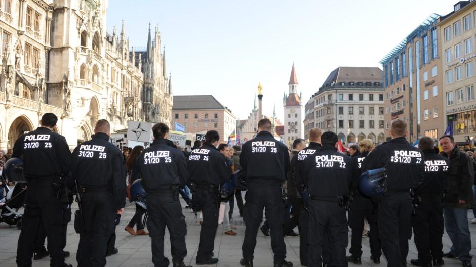 Polizeikräfte bei Demonstration gegen die Münchner Sicherheitskonferenz, 2014