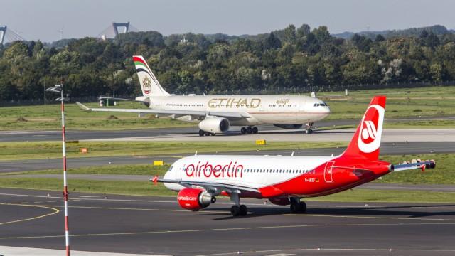 Flughafen Düsseldorf International Etihad Airways Airbus A330 300 auf der Startbahn Air Berlin Air