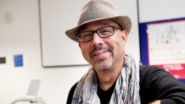 Mark Olival-Bartley, hawaianischer Englisch-Dozent in einem Unterrichtsraum im Gasteig
