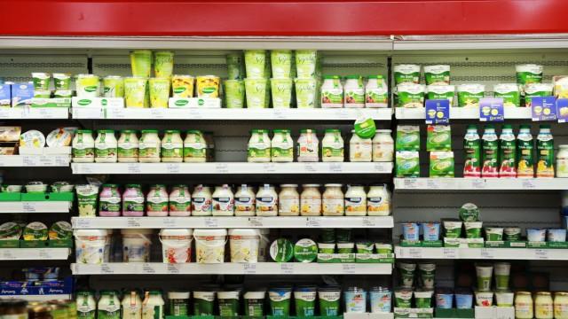 Milchprodukte in einem Bio-Supermarkt in Gröbenzell, 2013