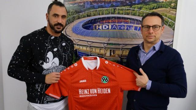 Hugo Almeida und 96-Geschäftsführer Sport, Martin Bader