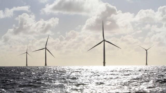 Blick am Sonnabend 26 09 2015 im Rahmen einer Kontrollfahrt auf den EnBW Offshore âÄ Windpark Balt