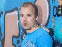 Der Sprayer Jens Besser (rechts) auf einem Brachgelände in Berlin, das von Graffitisprayern genutzt wird.