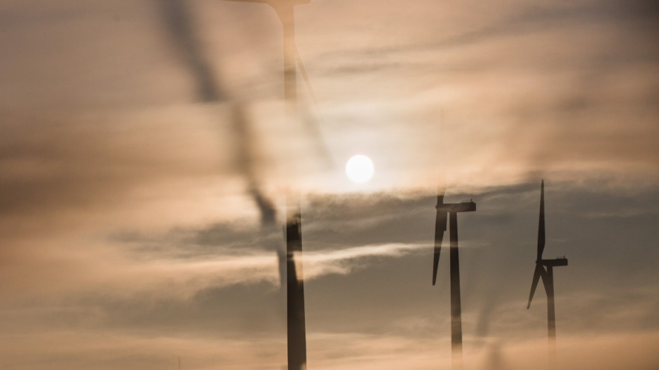 Windräder im Morgennebel