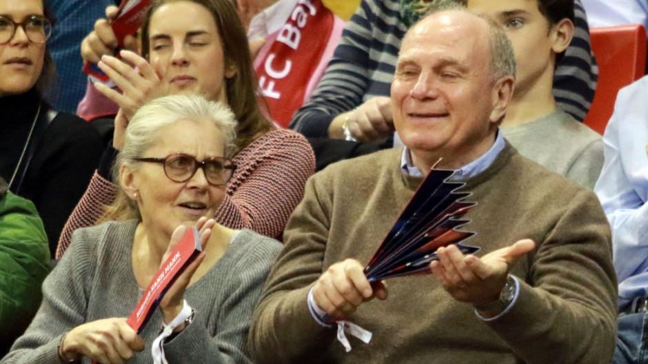 Uli Hoeneß und Ehefrau Susanne jubeln Basketball BBL FC Bayern Basketball S Oliverr Baskets