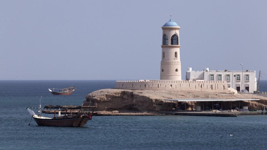 Dau Schiffe vor Leuchtturm Al Ayjah Sur Provinz Ash Sharqiyah Sultanat von Oman Arabische Halbi