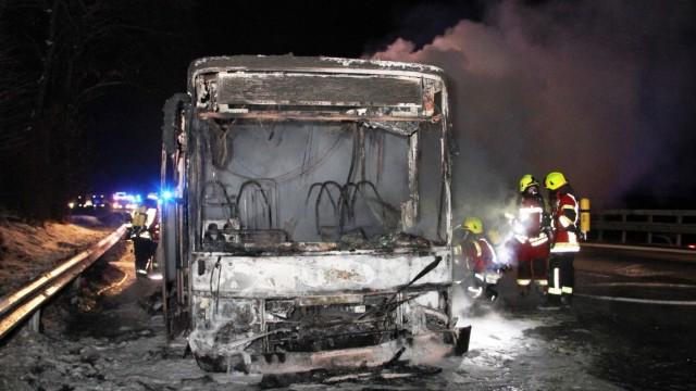 Reisebus mit Flüchtlingen in Brand geraten